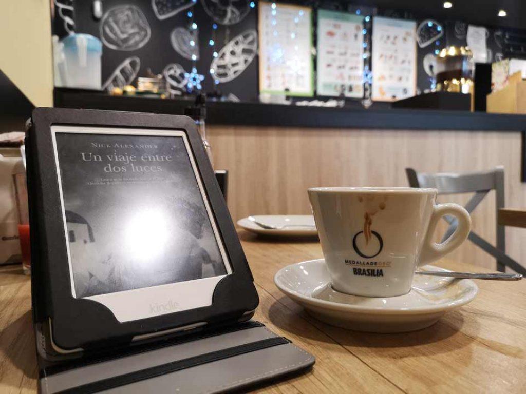Tomar-café-y-leer-en-una-Kindle
